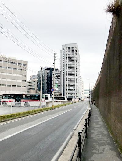 右手に線路の壁