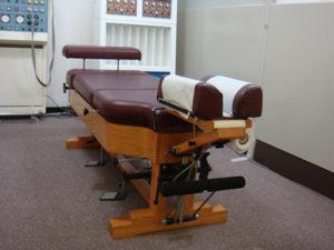 福岡市での腰痛治療にはこのドロップベッドを使います。